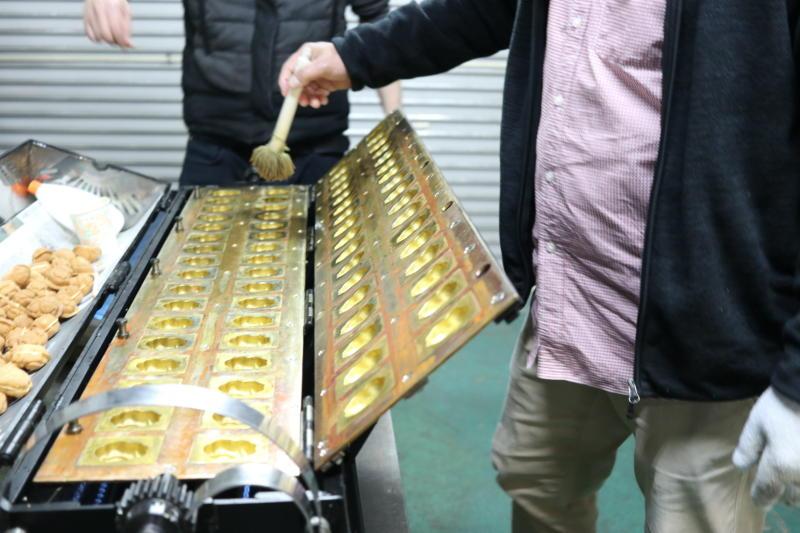 ベビーカステラ 焼き方指導 お客さま体験 油引き